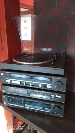 Wieża Grundig z gramofonem.