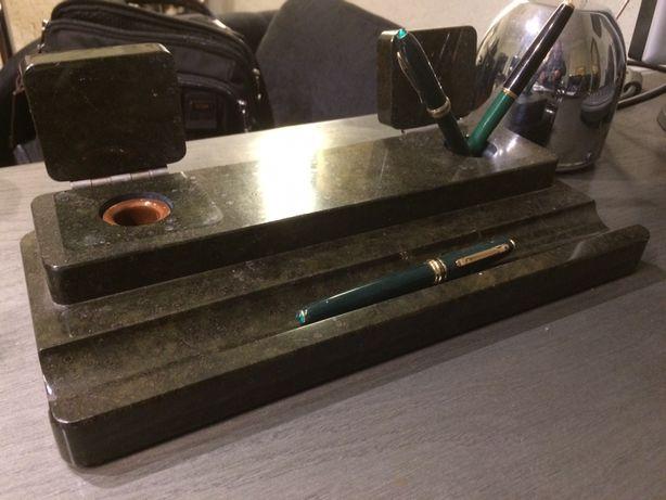 Antyczny piórnik granitowy na biurko