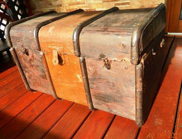 Stary kufer podróżny.