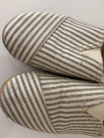 sapatilhas dourado e creme