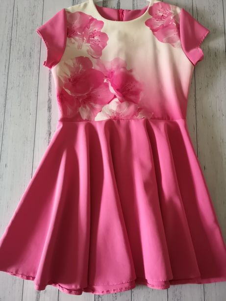 Śliczna sukienka rozkloszowana