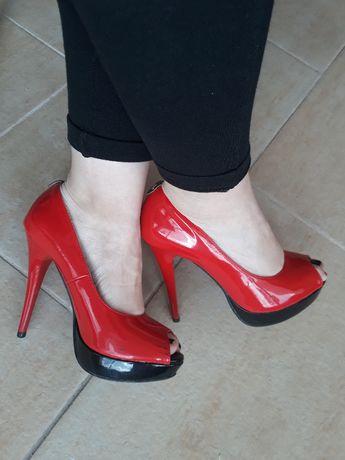 Sandálias vermelhas de verniz