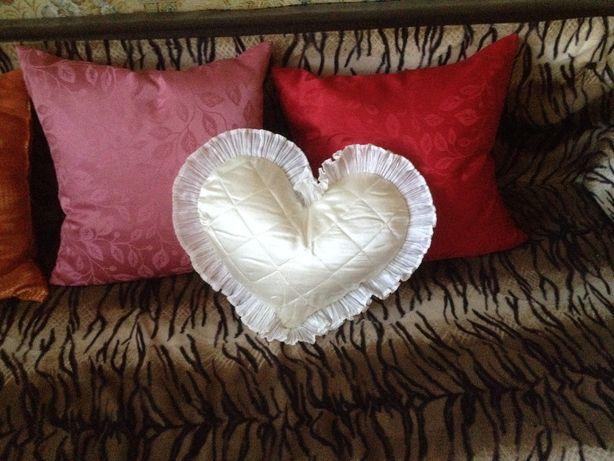 Подушка декоративная атласная сердечко 25х 30см