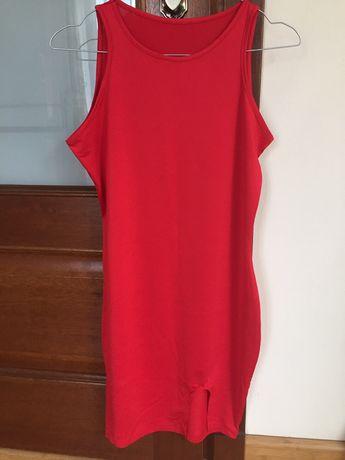 Czerwona sukienka z rozcięciem