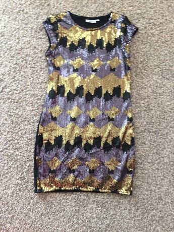 Sukienka ze świecącymu cekinami