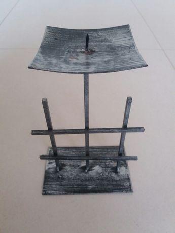 Castiçal de fabrico artesanal em ferro