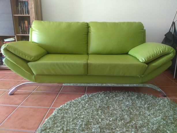 Sofá verde. Ótima oportunidade.