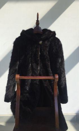 Długie czarne futro