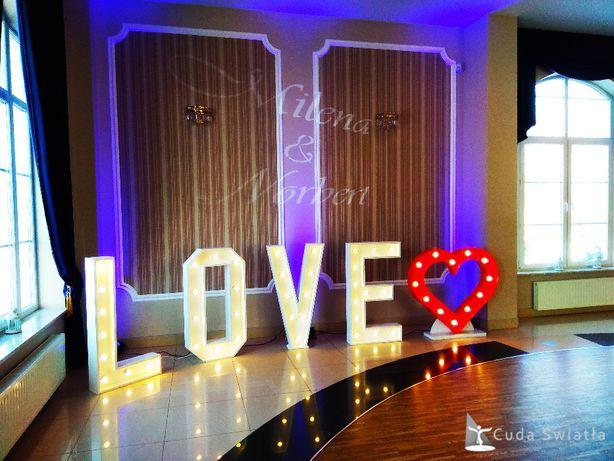Napis LOVE z czerwonym sercem