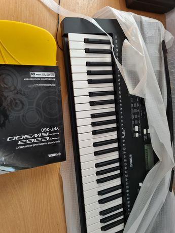 Продам синтезатор з самоучителем.