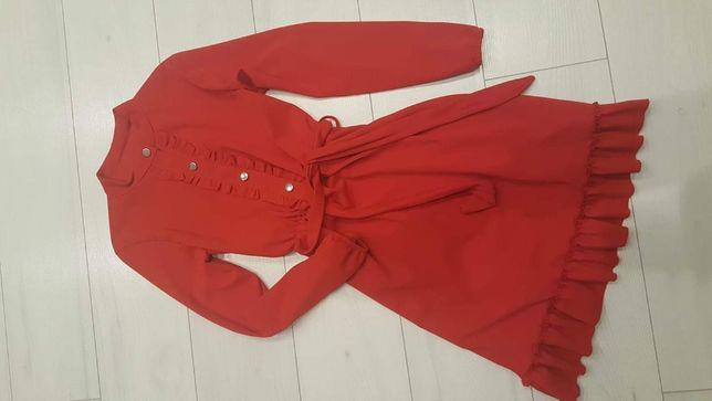 Sukienka czerwona guziczki sznurowana falbany