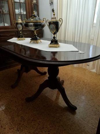 Mesa oval em madeira