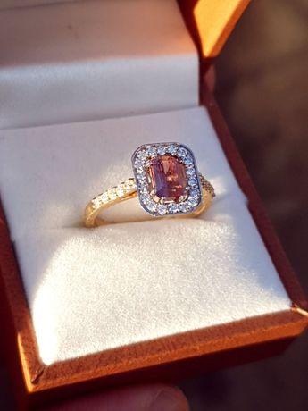 Złoty pierścionek z turmalinem i diamentami