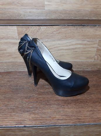 3 пари жіночого взуття