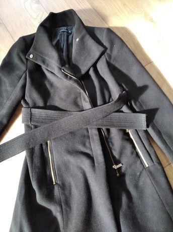 Czarny płaszcz 36 stradivarius