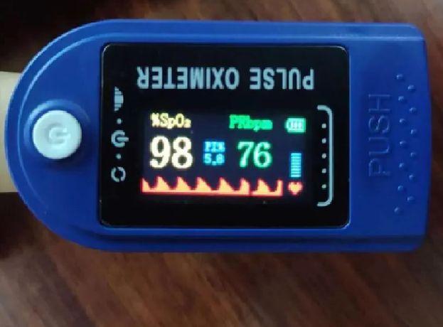 Пульсоксиметр на палец pulse oximeter компактный беспроводный из