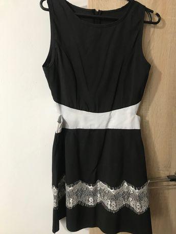 Czarna sukienka z białą koronką