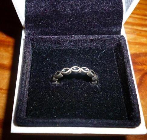 Anel Pandora original de prata e esmalte preto nº 50