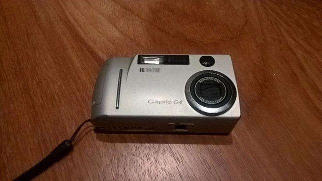 Camera digital Ricoh Caplio G4 - com pilhas AA e cartão memória