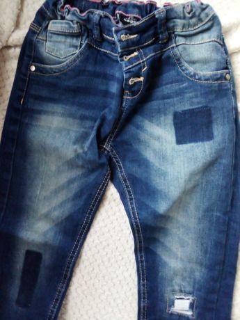Spodnie przecierane, łaty - modne jeansy 140