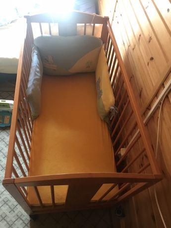 Drewniane łóżeczko dziecięce  z materacem i ochraniaczami feretti.