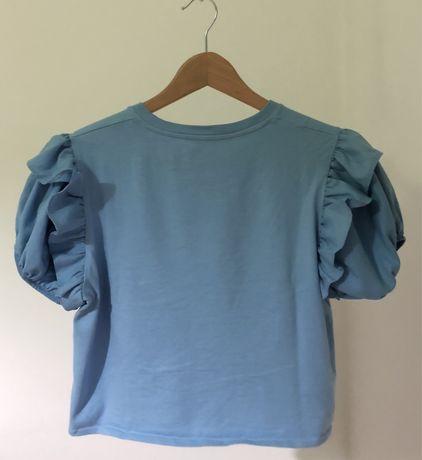 T-shirt azul com manga abaloada com folhos