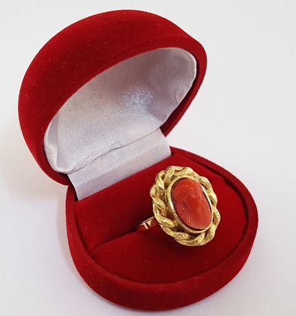 Złoty pierścionek zdobiony rzeźbą w naturalnym koralu z około 1850 r