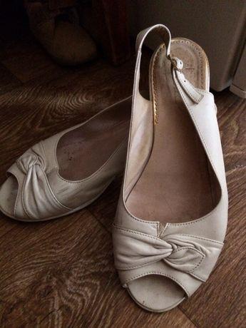 Кожаные босоножки на широкую ногу