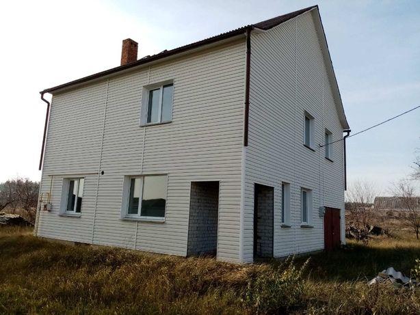 Двухэтажный дом за городом
