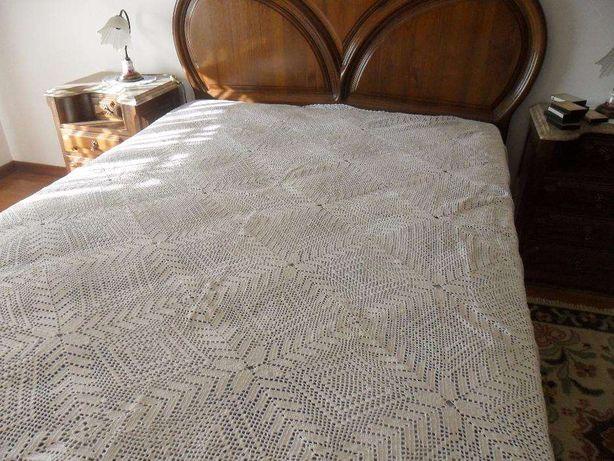 Vendo colcha de cama de casal em renda feita manualmente