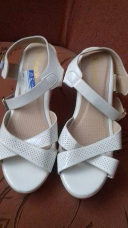 Босоніжки сандали туфлі