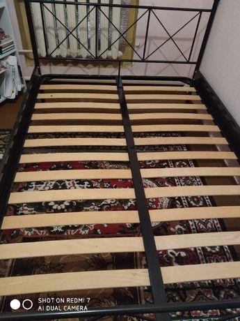 Ліжко 140*200 (2 500 грн) з матрацем (1500 грн)