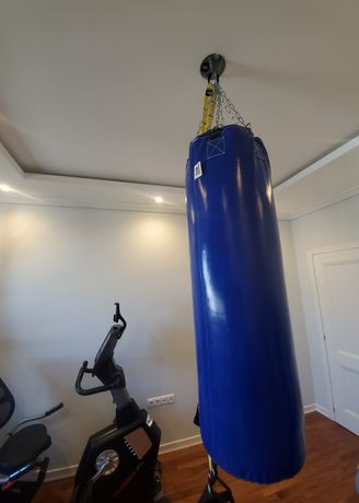 Боксёрский мешок и набор гантелей.