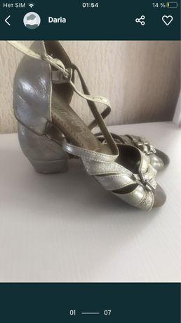 На девочку туфли для танцев