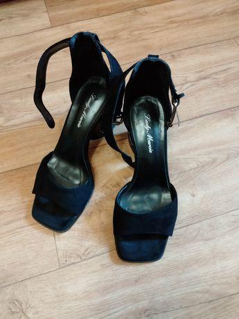 Босоножки черные на оригинальном каблуке