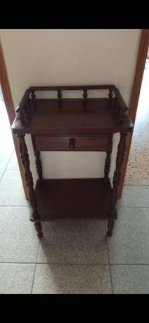 Mesa de telefone antiga em madeira maciça