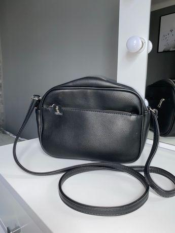 Czarna torebka na ramie