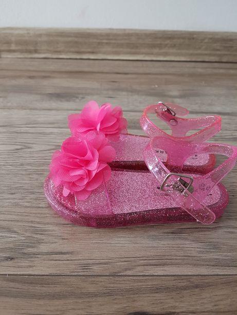 Śliczne sandałki dla młodej damy