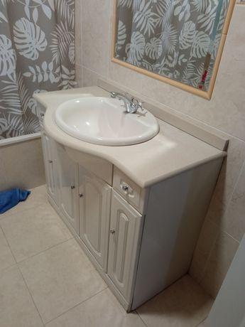 Móvel casa de banho com lavatório e torneira, tudo em bom estado.