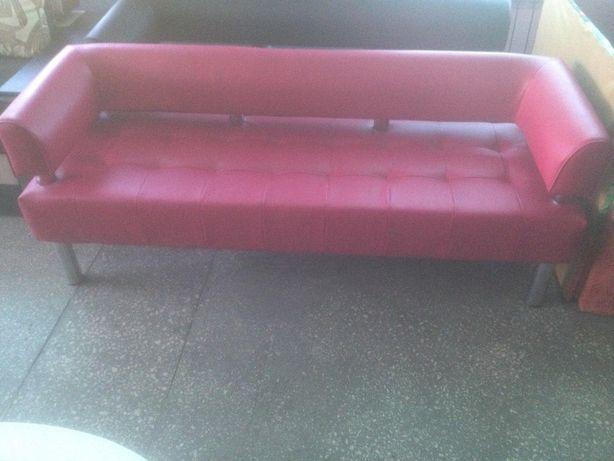 Офисный диван малинового цвета