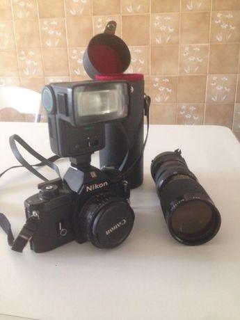 Máquina fotográfica Nikon com flash e objectiva