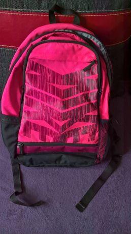 Różowy, zadbany plecak NIKE z usztywnionym spodem