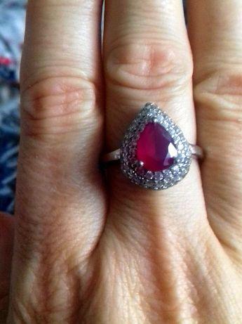 Srebrny pierścionek z czerwonym kamieniem sprzedam