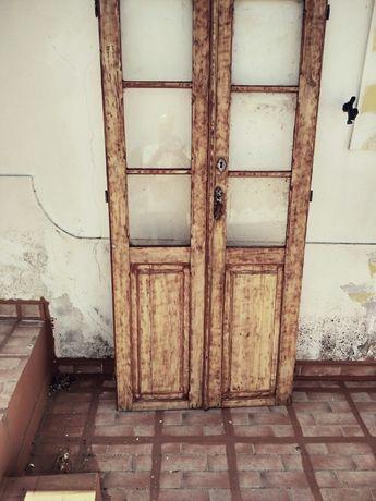 Conjunto de duas portas de madeira