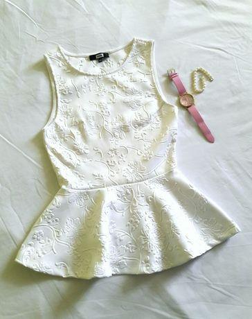 Biała bluzka baskinka tłoczone wzory kwiaty, zegarek Sinsay
