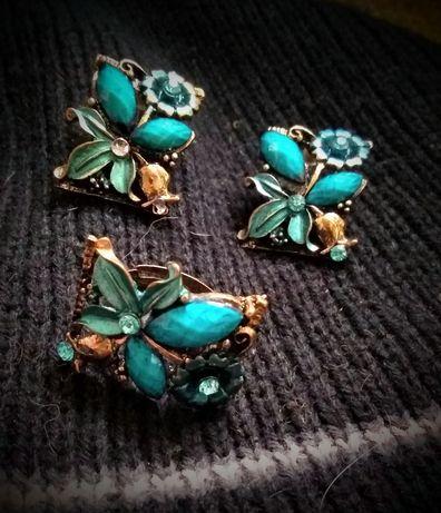 Brincos e anéis em metal e pedras