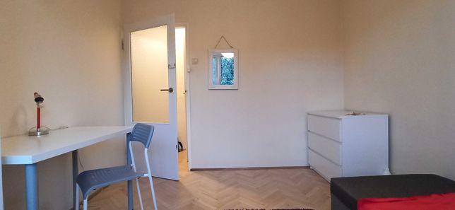 Duży pokój,  tylko 3 pokoję, duża kuchnia , blisko tramwaj