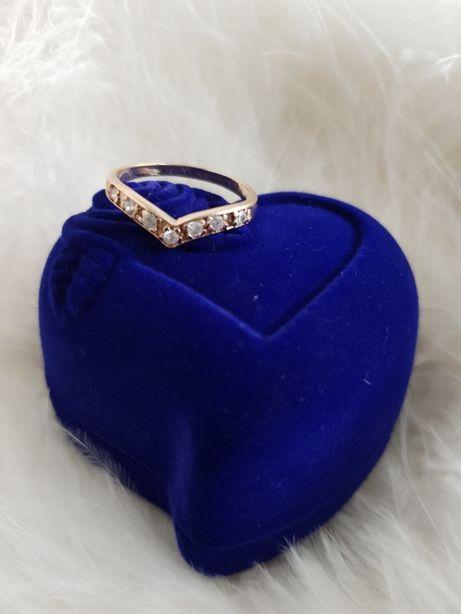 Złoty pierścionek z cyrkoniami!