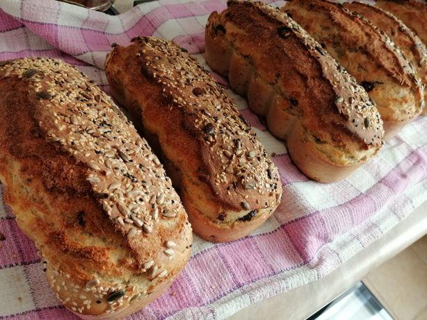 Swojski własnoręcznie robiony chleb pieczywo na drożdżach z ziarnami