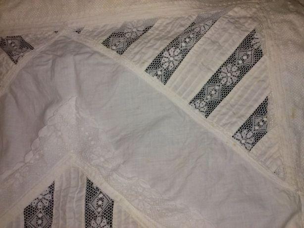 Almofada antiga de tecido e renda